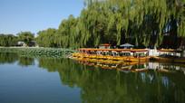 北海公园的湖边小船