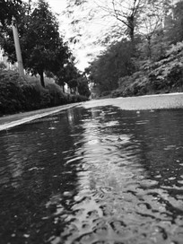 下雨天的路面