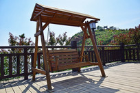公园里的木质摇椅