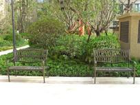 公园里的铁艺休息椅