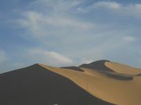 蓝天白云下起伏的沙漠