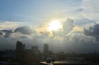 蓝天乌云太阳风景图片