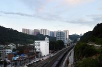 蓝天下的城市高楼和火车轨道