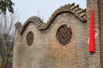 青砖围墙老房子
