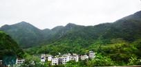 高山和山脚的村庄