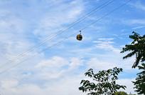 蓝天白云背景下的吊篮