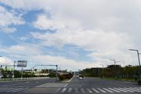 蓝天白云下的公路