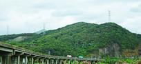 绿色山岭和高速桥梁