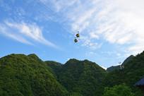 绿色山岭上的吊篮