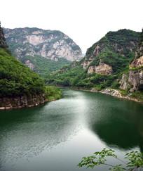 墨绿的山水风景图