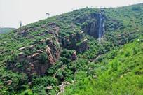 山岭上的断崖瀑布