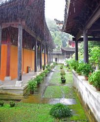 大雨中的庙宇廊道