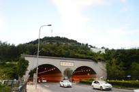 从隧道驶出的白色汽车