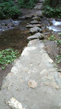 横跨小河的石头路