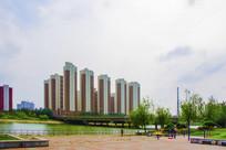 河上石桥与柱形高层建筑