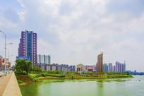 河水与居民住宅建筑群