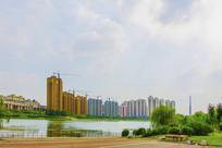 河与对岸的居民住宅建筑群