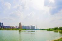 宽宽的河与对岸的居民住宅建筑