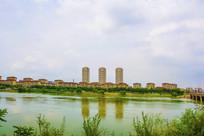 宽宽的河与对岸住宅群