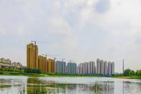 宽宽的河与居民住宅建筑群