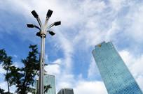 蓝天下的路灯与高楼