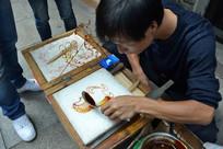 民间艺人在画糖画