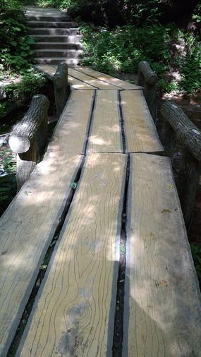 木板纹理的景区石桥