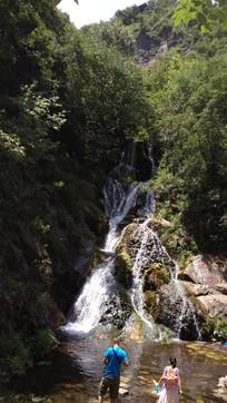 山谷中的水流瀑布