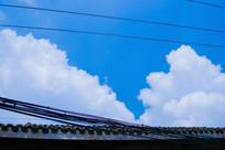屋檐上的蓝天白云