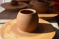 阳光下的陶瓷泥胚半成品