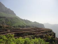 云雾缭绕的太行山里的黄土地