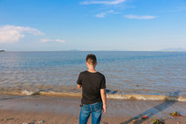 站在海边的男子