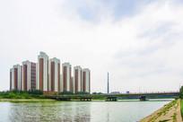 柱形高层建筑与河上石桥