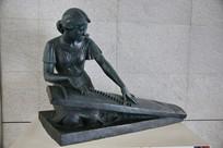 弹琴的女孩雕像