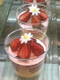 两杯草莓蛋糕