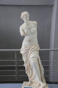 半裸的古代希腊残臂女子雕像