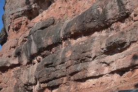 风化严重的山体断崖