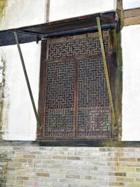 老房屋上的木格窗户
