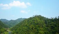 绿色的山岭和山间的河流