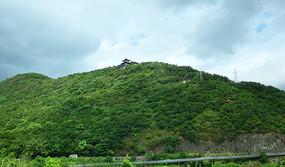 绿色山岭和山顶建筑