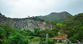 绿色山岭上的断崖