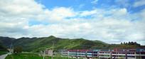 绿色山岭下的农舍建筑