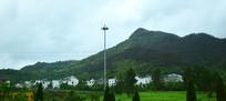 墨绿色的山脉图片