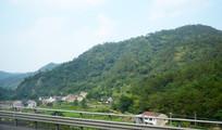 山岭和山脚小村落