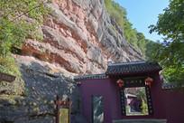 山崖下的庙宇建筑