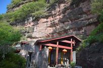 石崖下的瓦房古建筑
