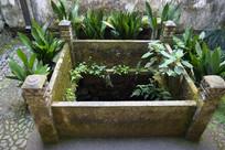 乡村宅院的水井护栏