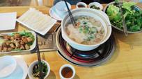 餐桌上的豆豉火锅