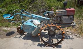 翻耕稻田的手扶拖拉机