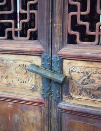 古代木质门的铜锁